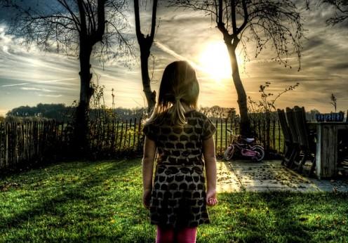 petite fille qui rêve de bonheur